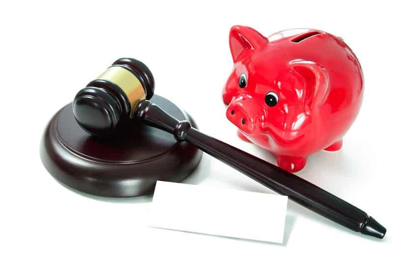 Hucha y martillo de juez. La Ley dice que el banco deberá pagar el notario, el registro y la asesoría
